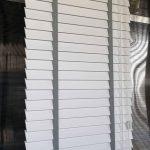 Veneciana de madera blanco escalerilla gris